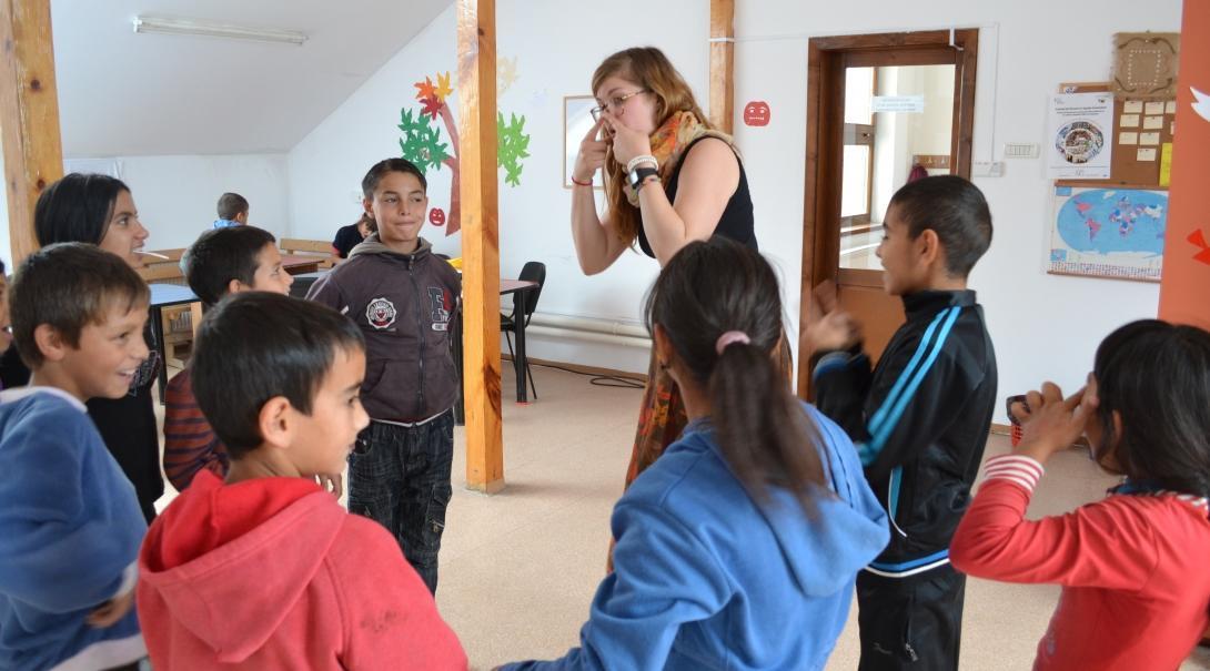 Los niños participando en una actividad teatral dirigida por una voluntaria social en Rumanía.